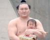 横綱白鵬と赤ちゃん