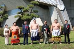 白鵬、鶴竜両横綱、貴景勝関と記念撮影。